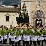 La Madonna che scappa in piazza di Sulmona (AQ)